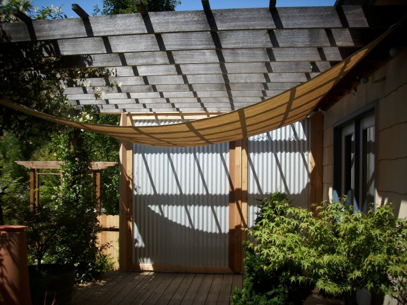 Corrugated metal privacy screen
