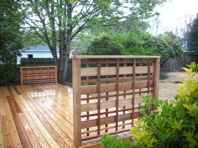 Deck with lattice privacy screen
